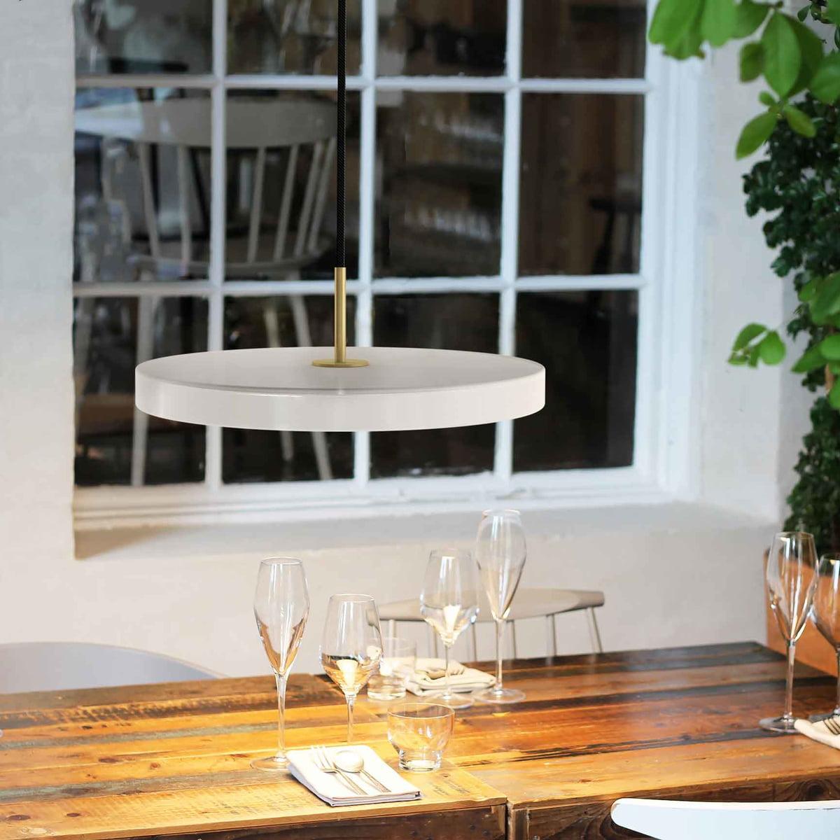 umage-Asteria-Pendelleuchte-LED-pearl-Situation-Tisch.jpg