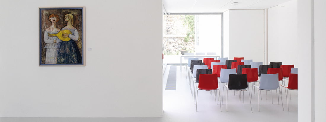 The manufacturer Arper produces furniture like the Catifa 46 Chair. The modern chair could be used as seat for a large audience at events. Available in different colours.