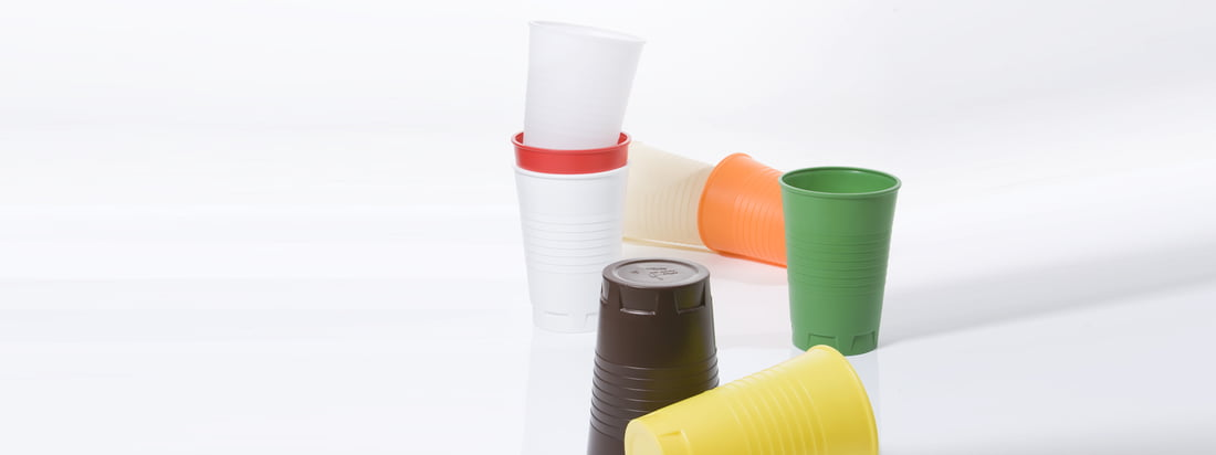 The size of the Qoffee Stool plastic cup from Artificial makes a versatile use possible, e. g. as a stool. Because of the large variety of colour everybody will find the right one.
