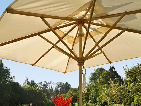 The high-quality parasol by Skagerak is available in several sizes, shapes and materials. Under the white sails of the shade you will find protection from the sun on hot summer days.