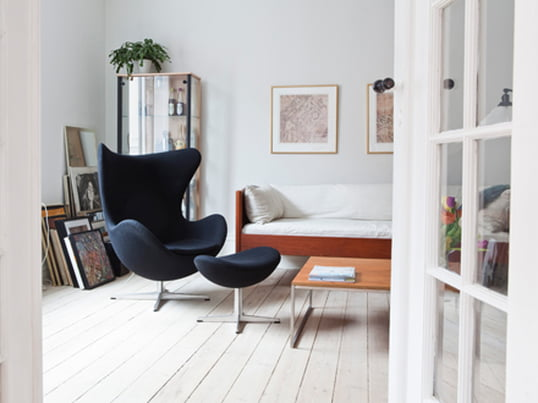 The Egg Chair by Fritz Hansen reminds you of an eggshell due to its curved shape. Arne Jacobsen designed the chair in 1958 for the Royal Hotel in Copenhagen.