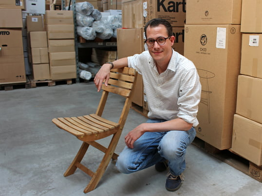 The wood engineer explains how to maintain teak wood in the warehouse of Connox. The weatherproof tropical wood is very popular for garden furniture. The manufacturer Skagerak produces Vendia chairs out of teak wood.