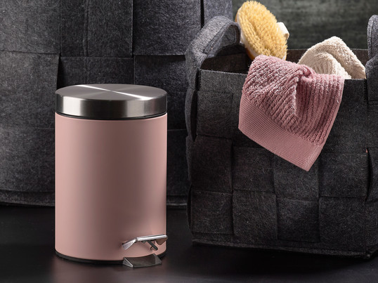 To open the subtle pedal bin from the Danish manufacturer Zone Denmark, which is made of stainless steel in pink, just push the pedal down with your foot.